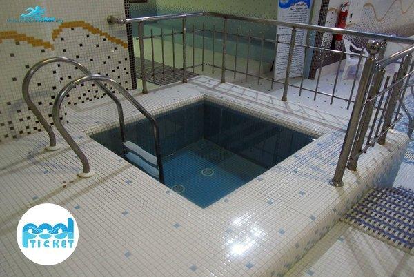 خوضچه آب سرد استخر هتل خورشید تابان